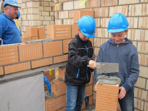 Knupp Bau AG, Eich/Grossdietwil: Ramon Blum (m.) und Quirin Wiese (r.) führen das Gelernte unter Aufsicht von Polier Markus Eiholzer (l.) selber aus. (Bild: Lukas Blum)
