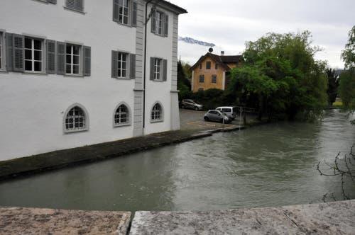 Viel fehlt nicht mehr, bis der Fluss übers Ufer tritt: die Sarneraa beim Rathaus. (Bild: Adrian Venetz / Neue OZ)