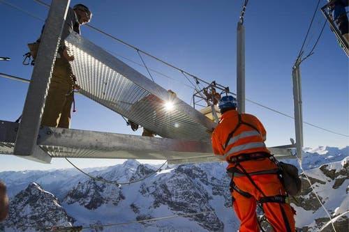 Arbeiter legen am 21. November die Brückenelemente zusammen. (Bild: Keystone)