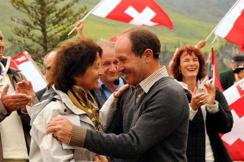 Eveline Widmer-Schlumpf wird auf der Älggi-Alp als «Schweizerin des Jahres 2008» vom Obwaldner Landammann Niklaus Bleiker empfangen. (Bild: Neue OZ / Josef Reinhard)