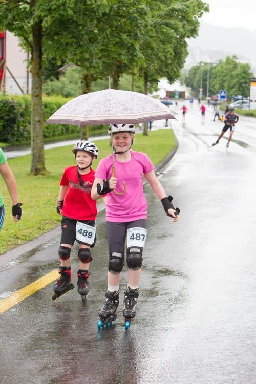 Im Rahmen des Rollstuhlmarathons fand auch ein Skater Wettkampf in Schenkon statt. Im Bild: Anja Kaufmann aus Ibach lässt sich vom Regen nicht beunruhigen. (Bild: Beat Blättler)
