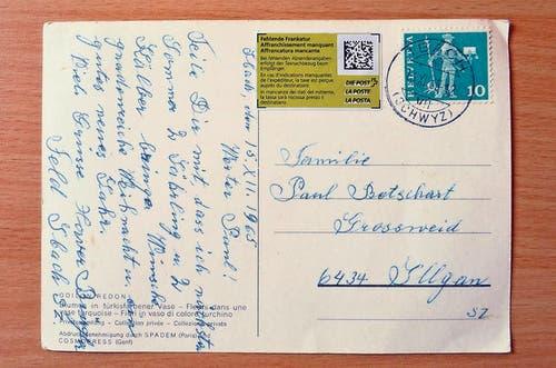 8. August: Im Jahr 1965 wurde diese Ansichtskarte in Ibach abgeschickt. Nach fast 50 Jahren ist sie 15 Kilometer entfernt am Zielort Illgau eingetroffen. Die Karte war mit 10 Rappen frankiert, der Empfänger soll nun 90 Rappen Porto nachzahlen. (Bild: Guido Bürgler / Bote.ch)