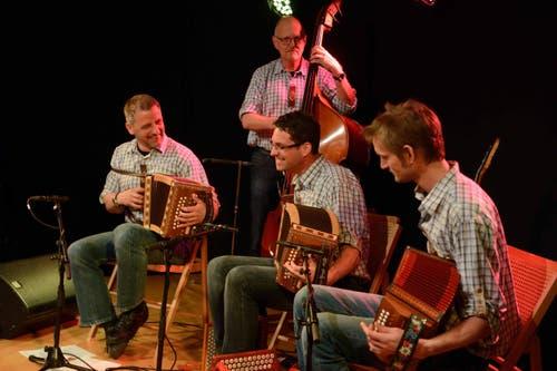 ... eröffnen mit einem Konzert am Dorfplatz die Stanser Musiktage 2016. (Bild: Nadia Schärli / Neue LZ)