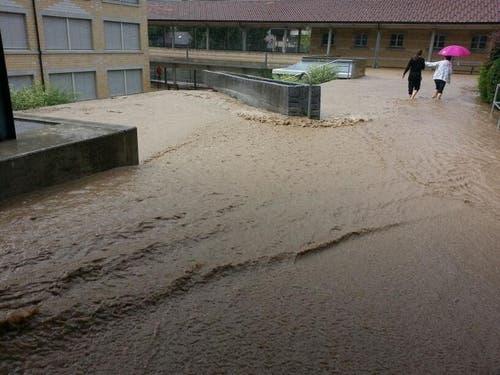 Überschwemmung beim Schulhaus Obernau. (Bild: Leserreporter Adi Blättler)