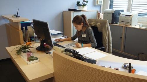 Ingram Micro GmbH, Cham: Nina Araújo Gomes geht konzentriert eine Liste durch. (Bild: Sandra Araújo Gomes)