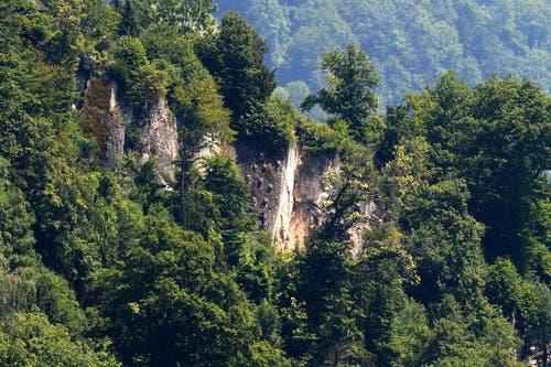 Die Felsen oberhalb des Gebiets Horlaui drohen in absehbarer Zeit auf die Häuser zu donnern. (Bild: Keystone / Urs Flueeler)
