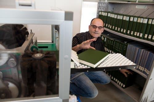In der Speicherbibliothek werden die Bücher gereinigt. (Bild: Eveline Beerkircher / Neue LZ)
