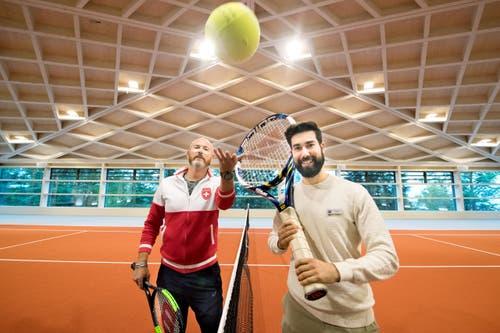 Tennislehrer Oliver Bärtsch (links) und Manuel Lussi in der Tennishalle auf dem Bürgenstock. Insgesamt gibt es drei Hallen, zwei mit Dach und eine offen. (Bild: Eveline Beerkircher)