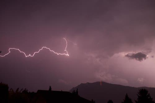 Ein wahres Unwetter über dem Bürgenstock. Hier wie es blitzt und donnert. (Bild: Leserbild Jérôme Baila)