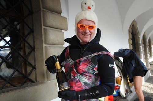 Die lustigen Silvesterschwimmer freuen sich. (Bild: Boris Bürgisser / Neue LZ)