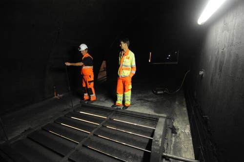 Hier wird die Luft abgezogen: Dreckige Wände und dreckige Abluftklappen direkt oberhalb der Tunnelröhre. (Bild: Urs Hanhart / Neue UZ)