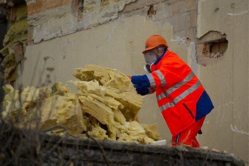 Ein Mitarbeiter sortiert Abbruchmaterial. (Bild: Keystone)