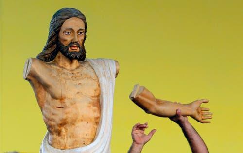 Ein Arbeiter montiert einen hölzernen Arm an eine Christus-Statue, bevor Papst Franziskus die Messe auf dem Platz der Revolution im kubanischen Havanna feiert. (Bild: AP / Desmond Boylan)