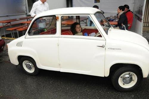 Ein junger Mensch im alten Auto. (Bild: Geri Wyss / Neue OZ)