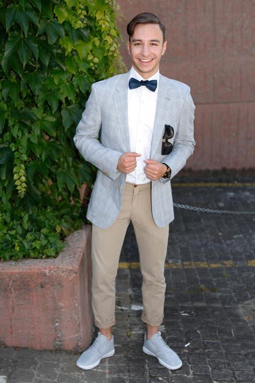 Luca Radi, 19, Kaufmann, Steinhausen: «Als Fan der Mode der 1920-er-Jahre wollte ich einen grünen Anzug, ein weisses Hemd, eine schwarze Fliege und schwarze Hosen kaufen. Aber dann habe ich mich im Herren-Globus in Zug kompetent beraten und mich topmodern stylen lassen.» (Bild: Patrick Hürlimann / Neue ZZ)