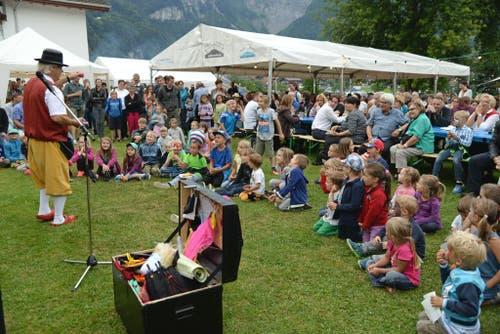 Zauberer Charismo begeistert am 10. Seenachtsfest in Lungern Kleine und Grosse! (Bild: Robert Hess / Neue OZ)