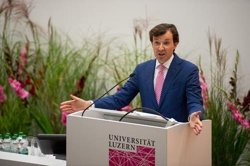 Der Gründungsdekan der Wirtschaftsfakultät Christoph A. Schaltegger während seiner Rede. (Bild: Dominik Wunderli / Neue LZ)