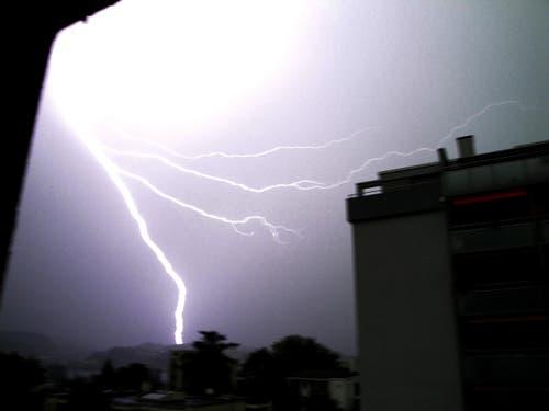 Unwetter/Blitzeinschlag gestern 6. August 2013, aufgenommen aus dem Fenster an der Hirtenhofstrasse. Blitzeinschlag oberhalb Würzenbach. (Bild: Stefanie Bachmann)