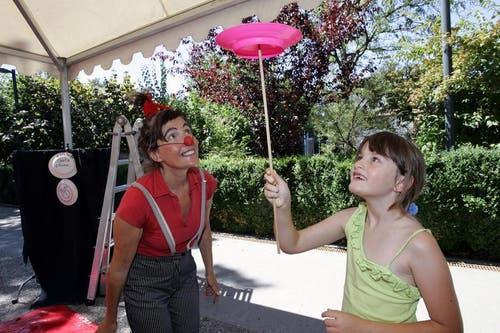 1. August-Feier auf dem Gemeindeplatz in Baar. Im Bild Clown Gerta mit Celine Blöchlinger. (Bild: Werner Schelbert / Neue ZZ)