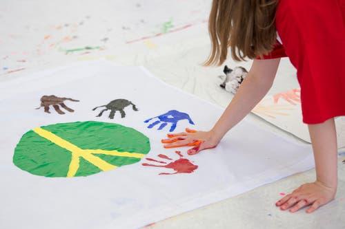 Sie malen in der Shedhalle (Bild) rund 1000 Bilder zum Thema. (Bild: Maria Schmid / Neue ZZ)