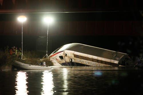 14. November: Ein TGV-Zug entgleist während einer Testfahrt und stürzt von einer Brücke in der Nähe von Strassbourg in die Tiefe. Das Unglück fordert fünf Todesopfer, etwa 60 Personen werden verletzt. (Bild: EPA / Mathieu Cugnot)