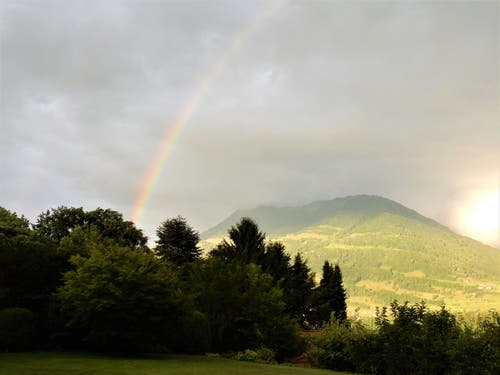 Wer einen Regenbogen über der Rigi sehen will, der nimmt den Regen gerne in Kauf! (Bild: Margrith Imhof-Röthlin)