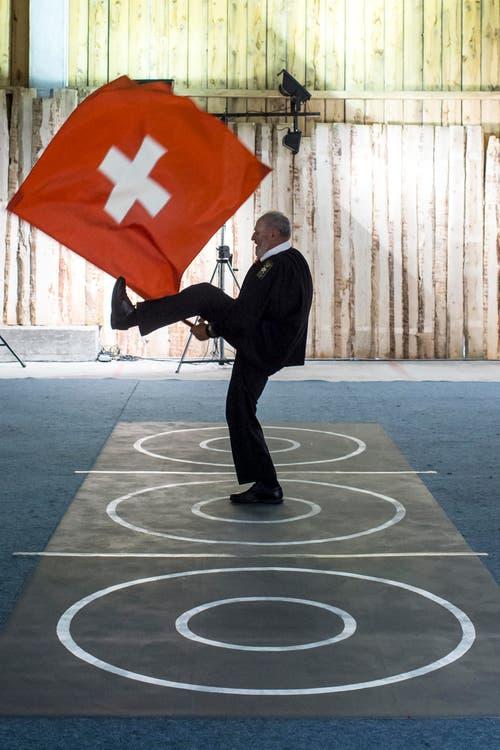 Fahnenschwinger Meinrad Mathis am 61. Zentralschweizerischen Jodlerfest. (Bild: Alexandra Wey/Keystone)