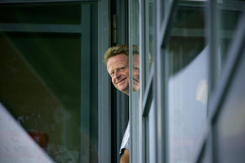 17. August 2009: Rückkehr von Joetex Frimpong. FCL-Trainer Rolf Fringer guckt aus der Garderobe. (Bild: Archiv Neue LZ)