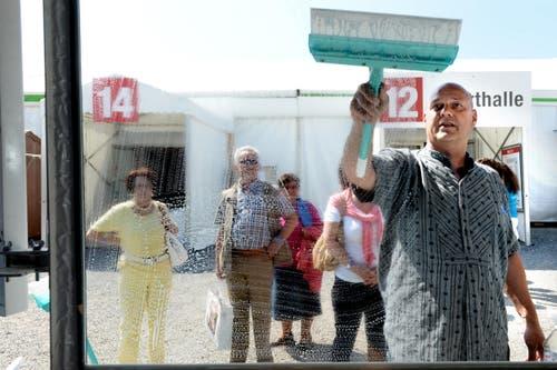 Jean-Jacques Frei, Schausteller von der Firma Aquaclean, reinigt Fensterscheiben. (Bild: Nadia Schärli (Neue LZ))
