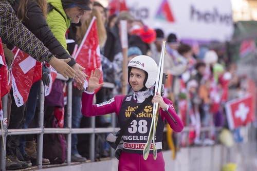 """Ein """"Give-me-Five"""" mit dem Sportstar: Simon Amman klatscht sich durch die Hände der Zuschauer. (Bild: Keystone /)"""