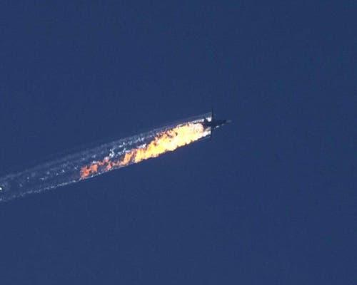 24. November: An der türkisch-syrischen Grenze schiesst die türkische Armee einen russischen Kampfjet ab, weil dieser den türkischen Luftraum verletzt und Warnungen ignoriert habe. Auf den Abschuss folgt eine anhaltende diplomatische Verstimmung und Handelsbeschränkungen zwischen Russland und der Türkei. (Bild: EPA / Haberturk TV Channel)