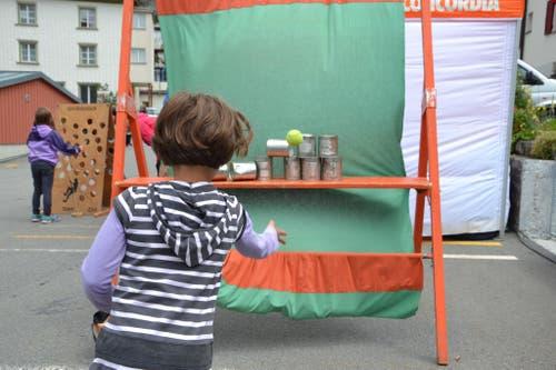 1. August: Bundesfeier in Andermatt. Büchsenwerfen für Kinder. (Bild: Sven Aregger / Neue UZ)