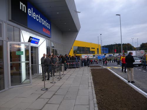 Schlange stehen vor der offiziellen Eröffnung. (Bild: zvg)