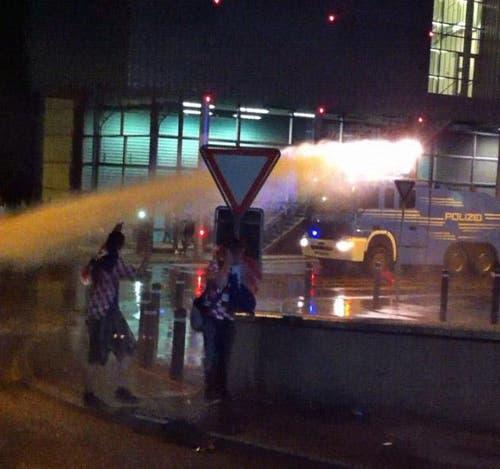 Der Wasserwerfer kommt zum Einsatz. (Bild: Leserreporter)