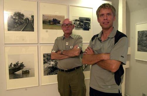 Josef und Daniel Reinhard mit ihren Bildern an den Bieler Fototagen 2004. (Bild: Josef Reinhard)