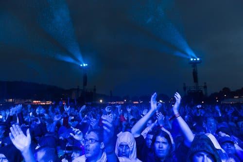 Zuschauer applaudieren für Iron Maidens grosse Show. (Bild: Roger Grütter)