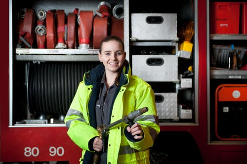 2. Februar: Alexandra Studer aus Hasle ist mit ihren 18 Jahren die jüngste Feuerwehrfrau im Kanton Luzern. Den Feuerwehrdienst hat sie im Blut: Sowohl Vater Roland wie auch Mutter Manuela gehören der Feuerwehr an. 5776 Personen stehen für die Luzerner Feuerwehren im Einsatz, davon sind 385 Frauen. (Bild: Boris Bürgisser / Neue LZ)