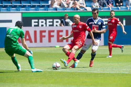 Thuns Andreas Wittwer deckt einen Ball vor dem heransprintenden Dario Lezcano ab, links Torhüter Guillaume Faivre. (Bild: Keystone)