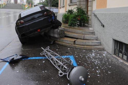 Die Autofahrt eines 23-Jährigen endete am 7. Oktober 2012 auf der Treppe des Gemeindehauses in Hochdorf. Grund: Der junge Mann kam in einer Linkskurve ins Schleudern und knallte anschliessend in die Treppe - nachdem er die Eingangsbeleuchtung des Gemeindehauses umgefahren hat. (Bild: pd)