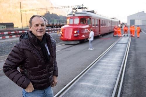 Renzo Simoni, Vorsitzender der Geschäftsleitung AlpTransit Gotthard AG, posiert am Freitag, 31. Oktober 2014, in Biasca vor dem Roten Pfeil. (Bild: SIGI TISCHLER)