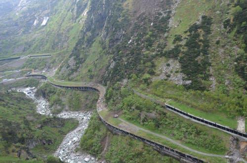 Die Schlangenlinie der Schöllenenstrasse. Das Trassee der Bahn verläuft weiter oben und befindet sich an der fraglichen Stelle in einem Tunnel. (Bild: Florian Arnold / Neue UZ)