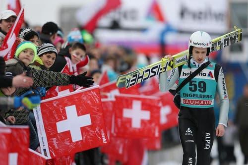 Simon Ammann läuft nachdenklich zur Gondel für den Finallauf am Weltcup Skispringen in Engelberg. (Bild: Philipp Schmidli/Neue LZ)