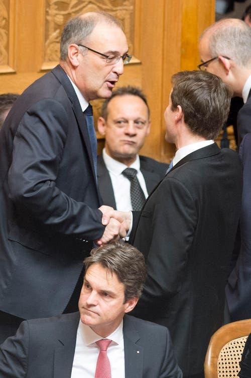 Die SVP-Nationalräte Guy Parmelin, VD, links, und Thomas Aeschi, ZG, unterhalten sich während den Bundesratswahlen. (Bild: KEYSTONE / PETER SCHNEIDER)