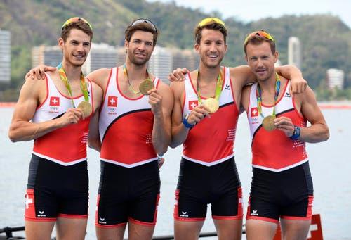 Stolz zeigen Lucas Tramer, Mario Gyr, Simon Schürch und Simon Niepmann ihre Medaillen... (Bild: EPA / Frank Robichon)