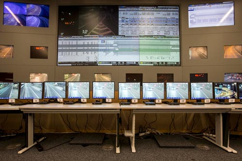 Blick in die Verkehrsleitzentrale in Göschenen. Hier läuft die Überwachung des Verkehrs im Tunnel zusammen. (Bild: Keystone / Alexandra Wey)