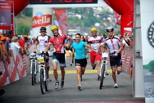 10. Juli 2013: Der Swiss Olympic Gigathlon endet in Ennetbürgen. 6210 Athleten nahmen am diesjährigen Gigathlon teil. 1068 Kilometer lang war die gesamte Strecke. (Bild: Corinne Glanzmann / Neue NZ)