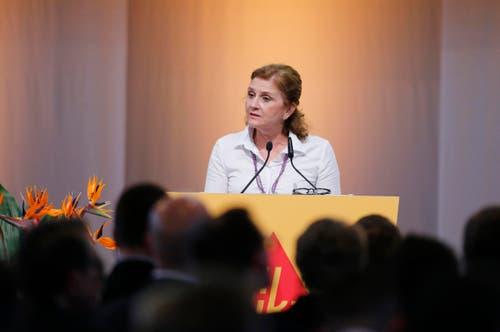 Applaus erhielt die Mehrheit der Redner, die sich gegen den Deal aussprach. Dazu zählte unter anderem FDP-Nationalrätin Doris Fiala. Sie verwies auf den Fall Alstom, dessen Energiesparte von GE übernommen wurde. (Bild: Stefan Kaiser / Neue ZZ)