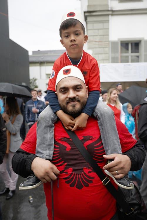 So, das wars. Dieser Albaner und sein Sohn nehmen ds Resultat gelassen. (Bild: Jakob Ineichen / Neue LZ)