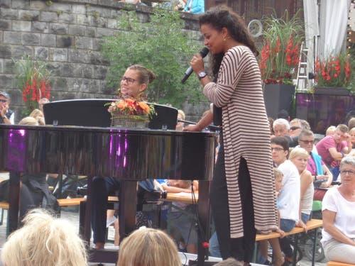 Probedurchlauf von Eliane Müller (am Klavier) und Fabienne Louves. (Bild: Leserbild Josef Müller)