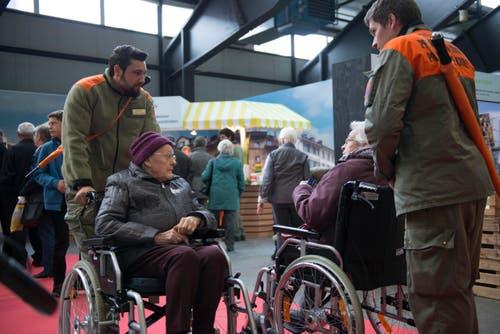Die Senioren werden von der neu geschaffenen Logistik-Kompagnie durch die Luga geführt. (Bild: PD)
